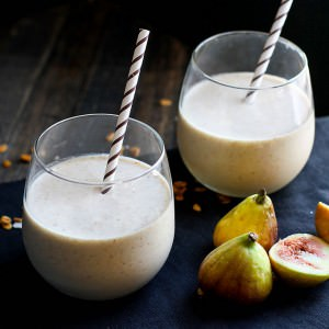 Gluten free Fig Newton Cookie Breakfast smoothie! Finally, a fiber rich and flavorful smoothie that will power you through the day! Vegan and Paleo friendly, and it bonus points because it actually tastes like a COOKIE! YUM!