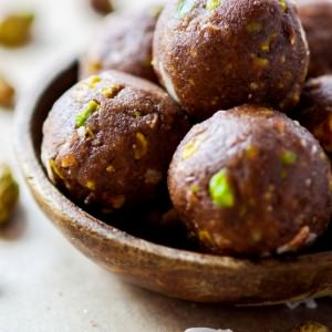 Paleo/Vegan Dark Chocolate Coconut Pistachio bites! A crunchy, lightly sweet, delicious snack BITE that requires no baking  and is packed with flavor and good nutrition! #cottercrunch