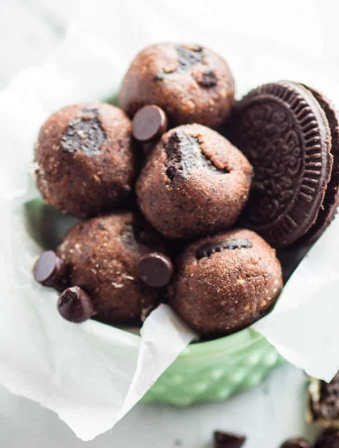 "No Bake Mint Chocolate Chip ""Oreo"" Bites! #GlutenFree #Vegan friendly healthy dessert."