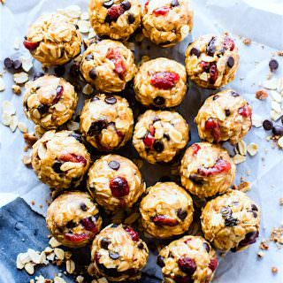 Gluten free No Bake Oatmeal Cookie Energy Bites are a healthy lunchbox treat! This no bake oatmeal cookie recipe is quick to make! Just blend, mix, roll! | CotterCrunch.com