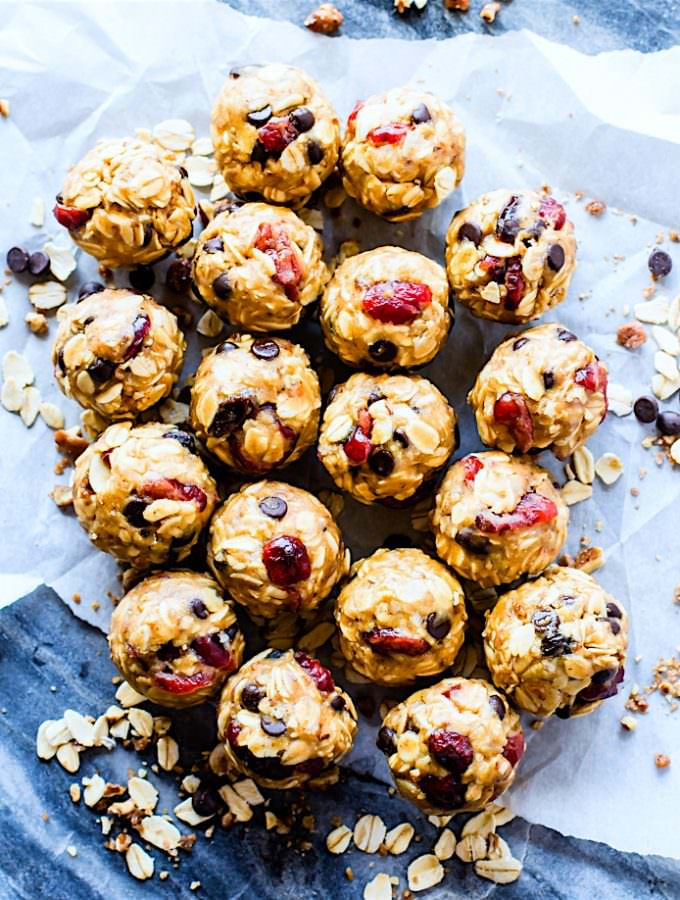 Gluten free No Bake Oatmeal Cookie Energy Bites for a healthy lunchbox treat! These no bake oatmeal cookie bites are so quick to make! Blend, mix, roll! Vegan friendly, kid friendly, and OH SO YUMMY!  #vegan friendly @cottercrunch