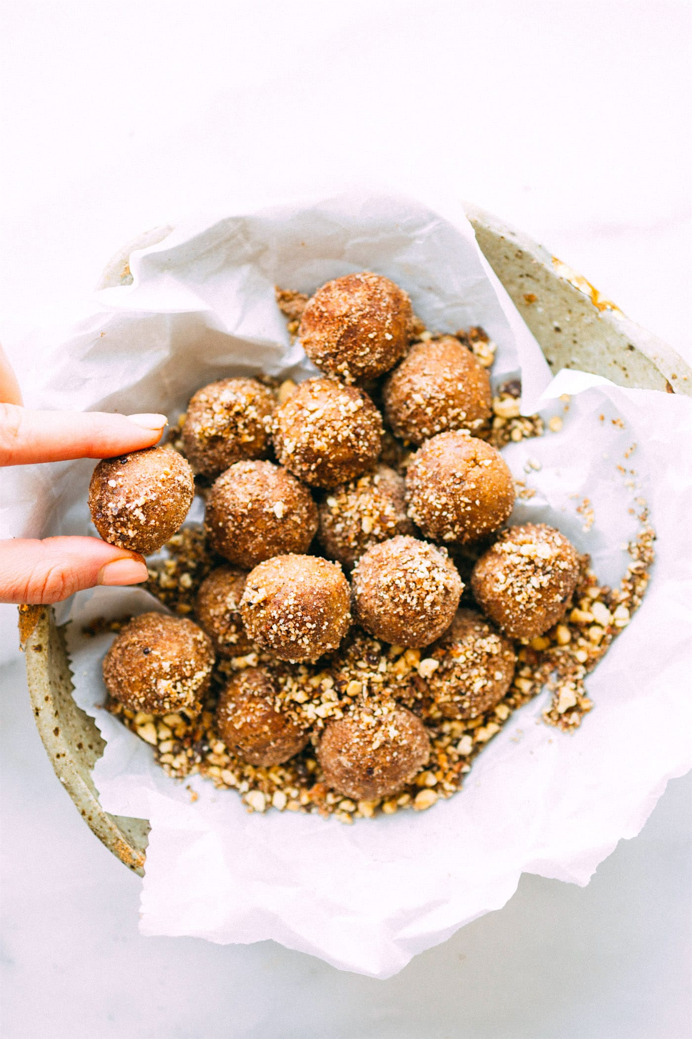 No Bake Breakfast Cookie Bites with wholesome ingredients! Rich in fiber, protein, and vegan! Cinnamon, oats, nuts, molasses, maple syrup! Breakfast to go!
