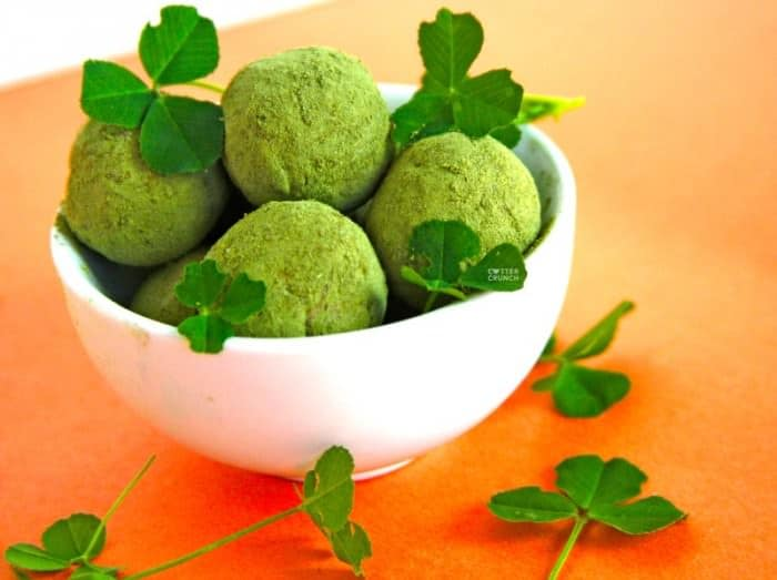 Snack healthy this St. Patrick's day with these shamrock shake no bake protein bites recipe. They're packed with antioxidants, good fats, and protein.