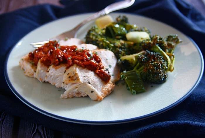 chicken marinara with leeks and broccoli