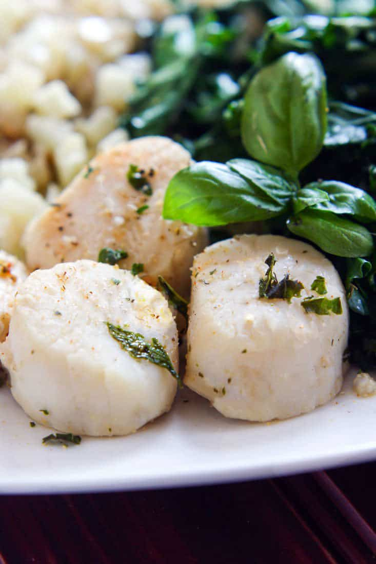 Steamed Garlic and Herb Scallops with Veggies
