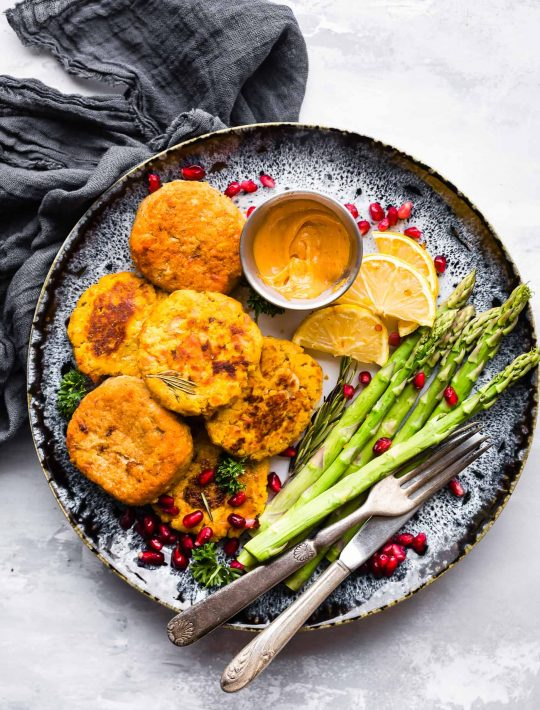 SUPER easy paleo salmon cakes - whole 30 recipe